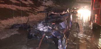 Otomobil emniyet şeridindeki çekiciye çarptı: 1 ölü