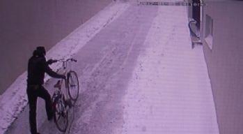 Ayakkabı çalmaya geldi, bisikleti alıp gitti