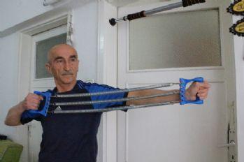 64 yaşında gençlere taşıyor: Hedefi Guiness'e girmek