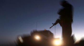 Askeri araca atılan roket mermisi boş alana düştü