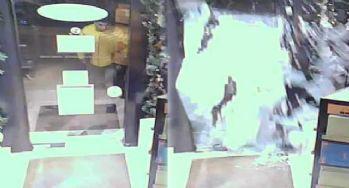 Suç makinesi vücuduyla cam kapıyı böyle kırdı