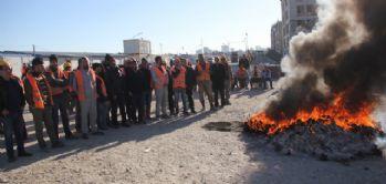 Adana Adliye Sarayı inşaatında çalışan işçiler eylemde
