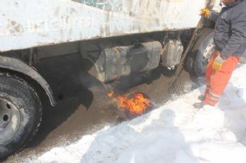 Kırmızı ışıkta duran aracın yakıt deposu dondu