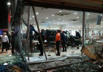 Bursa'da araç restorana girdi: 11 yaralı