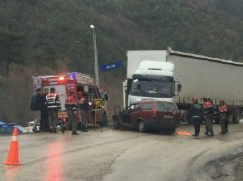 Otomobil tırın altına girdi: 2 ölü