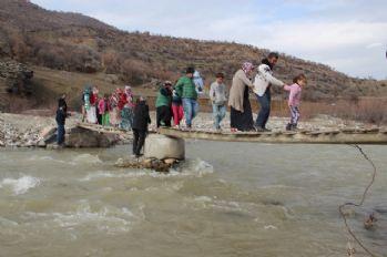 Bu köprüden okula gidiyorlar