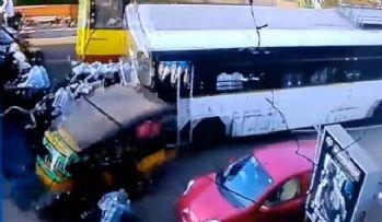 Otobüs araçların arasına daldı