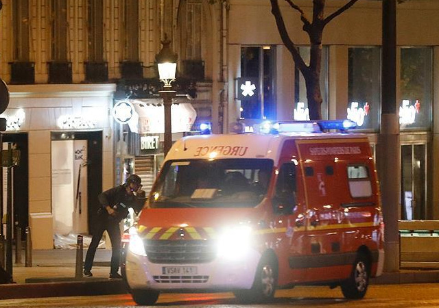 Paris saldırısının şok görüntüleri! Yerde can çekişirken...