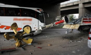 Vinç köprüye çarptı, engelli çocuklar ölümden döndü