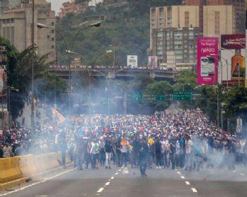 Venezuela'da iktidar ve muhalefet sokaklarda: 7 ölü