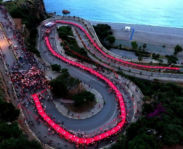 Konyaaltı varyantı 400 metrelik Türk bayrağıyla kaplandı