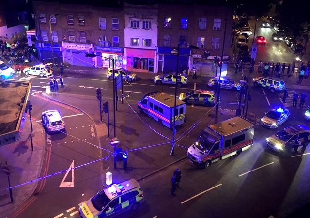 Londra'da Minibüs kalabalığın arasında daldı