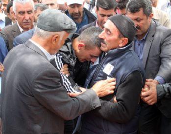 Şehit babası diğer asker oğluna sarılarak ayakta durdu