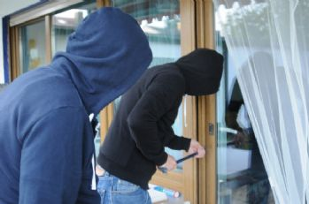 Biber gazı kullanarak 3 bin Euro'luk yüzük çaldılar