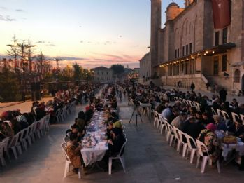 Binler Fatih Camii avlusunda iftar yaptı