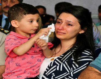 Şehidin minik oğlu annesinin gözyaşlarını sildi