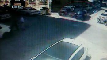 Otomobilin çarptığı motosikletli aracın camından içeri girdi