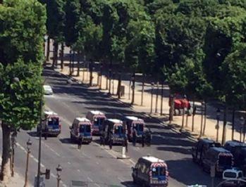 Paris'te arabasını polis aracının üzerine süren şahıs öldürüldü