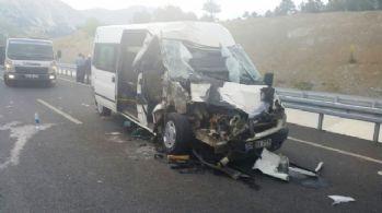 İşçi minibüsü tıra arkadan çarptı: 2'si bebek 18 yaralı