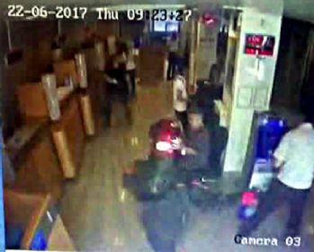 İstanbul'da silahlı banka soygunu kamerada