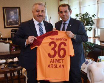 Bakan Arslan, Dursun Özbek'i kabul etti