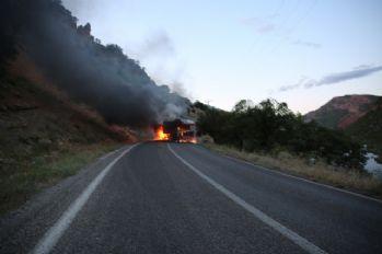 Yol kesen PKK'lılar araç yaktı