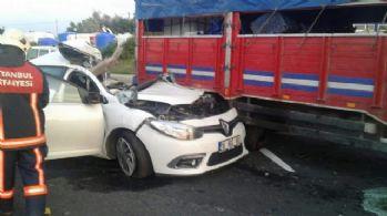 İstanbul'da otomobil kamyona çarptı: 1 ölü, 2 yaralı