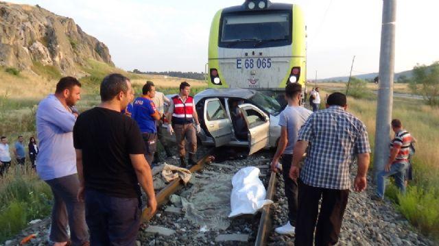 Raybüsle otomobil çarpıştı: 1 ölü, 3 yaralı