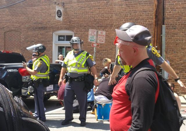 ABD'de otomobil göstericilerin arasına daldı: 1 ölü 8 yaralı