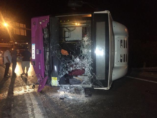 İstanbul'da virajı alamayan otobüs yola savruldu