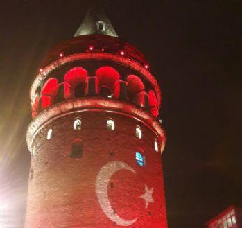 Türk bayrağı yansıtılan Galata Kulesi büyüledi