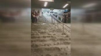 Metro istasyonu sular altında