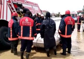 Mahsur kalan vatandaşlar botlarla kurtarıyor
