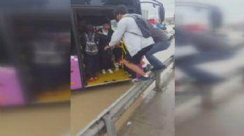 Otobüse bariyerlerden atlayarak bindiler