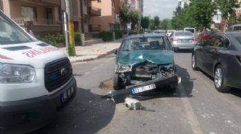 Otomobille ambulansa çarpıp sağlık görevlilerini darp ettiler