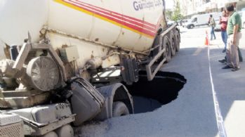 İstanbul'da yol çöktü