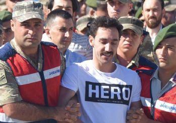 'Hero' yazılı tişörtle duruşmaya gelen darbe sanığı yakını tutuklandı