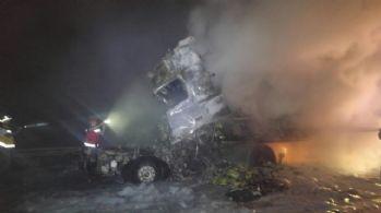 Tırla kamyon birbirine girdi, 2 kişi yanarak can verdi