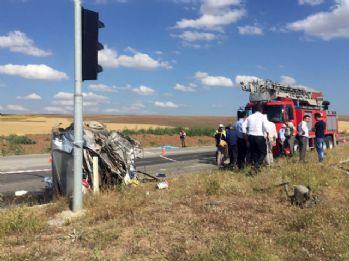 Otobüs ile otomobil çarpıştı: 3 ölü, çok sayıda yaralı var