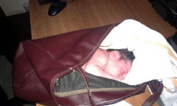 Yeni doğmuş bebeği çöpe bıraktılar