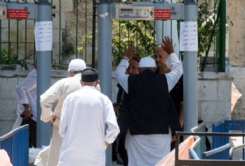 İsrail metal arama dedektörlerini kaldırıyor
