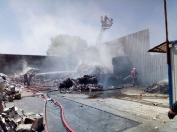 Ataşehir'de atık kağıt deposunda yangın