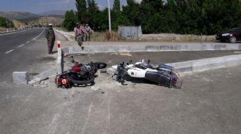 Motosikletler çarpıştı: 1 ölü, 2 yaralı