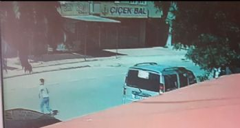 Otomobilin çocuğa çarptığı anlar kamerada