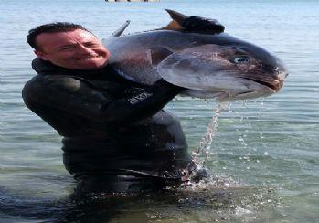 Dev balığı zıpkınla avladı