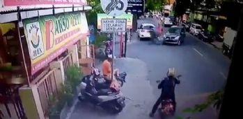 Hız yapan motosikletli otomobille böyle çarpıştı