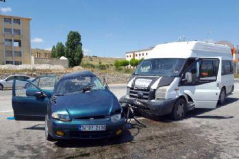 Yolcu minibüsü otomobille çarpıştı: 1 ölü, 8 yaralı