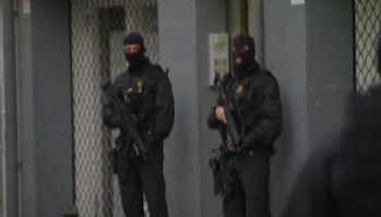 İspanya'da bıçaklı adam polise saldırdı