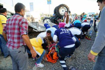 İşçi minibüsü ile traktör yüklü çekici çarpıştı: 7 yaralı