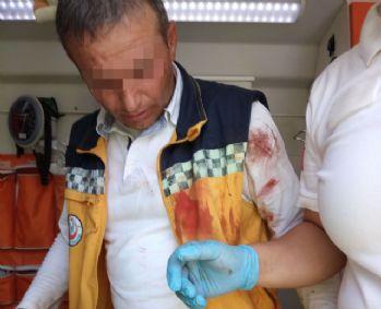Yaralı 112 ekibine saldırdı: Birini ısırdı, diğerini boğdu